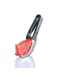 Taglia anguria e servi la fetta senza scorza